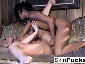 Skin's lezzie Dr. Who anal invasion with Leya